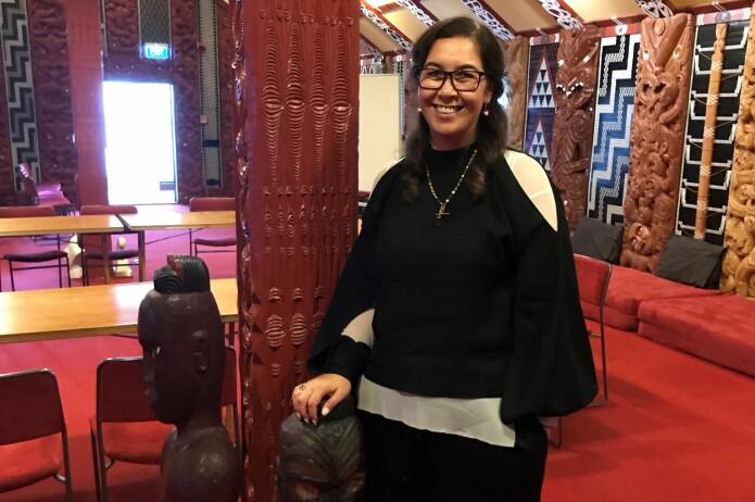 Rawinia Higgins, professor i maori sosiolingvistikk ved Victoria-universitetet i Wellington og leiar av <i>The Māori Language Commission</i>, i Victoria-universitetets <i>whare nui</i>.