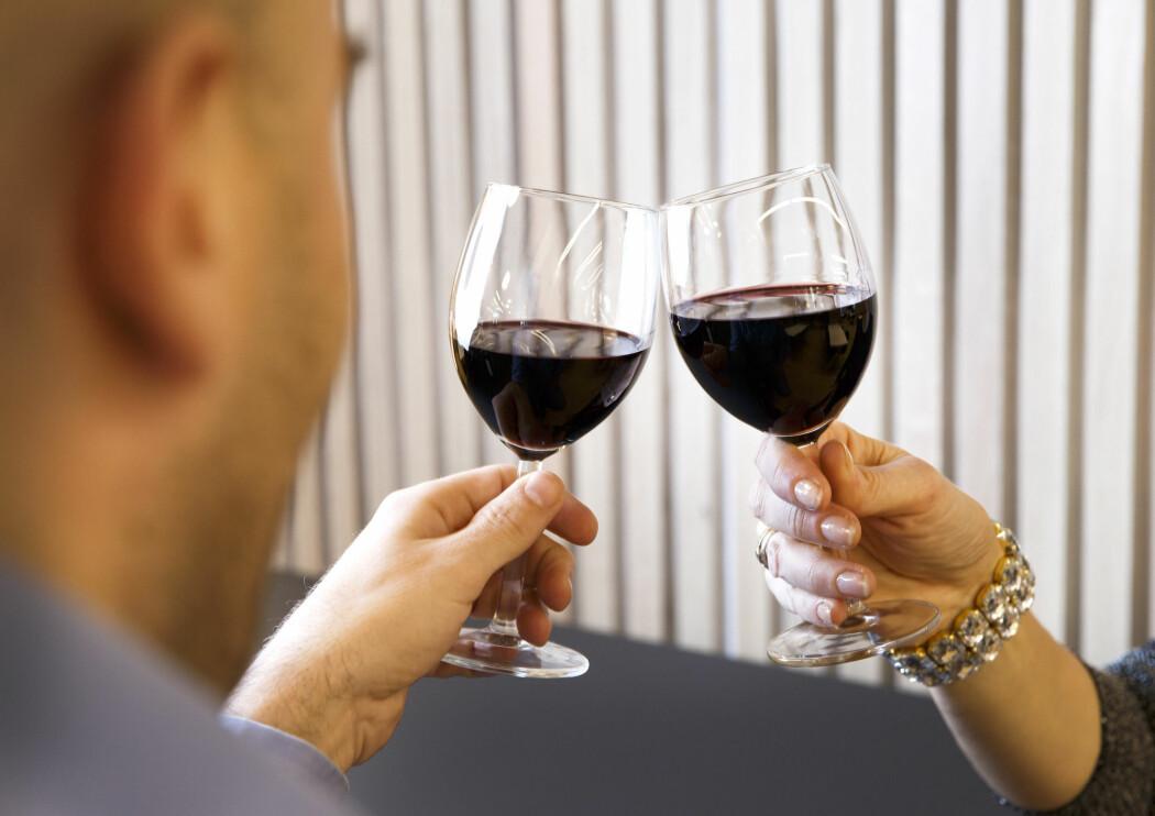 Ifølge Fædrelandsvennen viser resultatene fra Folkehelseinstituttet (FHI) sin nye folkehelseundersøkelse om Agder at innbyggerne der inntar mer alkohol enn i de andre fylkene som har fått sine resultater lagt fram hittil.