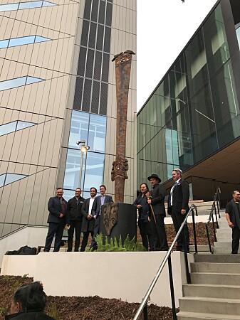 Representantar frå Ngāti Whātua Ōrākei-stammen ved maori-pålen som vart avduka i samband med velsigninga av det nye ingeniør-fakultetet ved Auckland-universitetet
