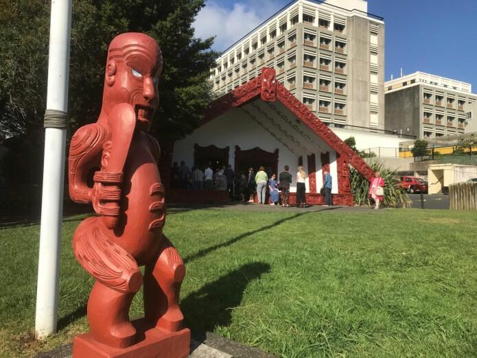 <i>Whare nui</i>, eit maori forsamlingshus, på Auckland-universitetets marae, midtpunktet i ein tradisjonell maori-landsby