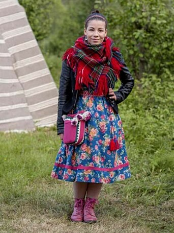 Fra utstillingen Following Arctic Fashion ved Norges arktiske universitetsmuseum i 2015. Bildene er tatt på urfolksfestivalen Riddu Riđđu i Kåfjord/Gáivuotna. Her viser Stefanie Sarre fram arktisk mote.