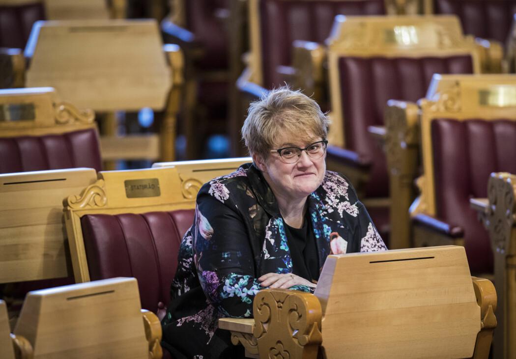 Kunnskapsminister Trine Skei Grande (V) ønsker å se på muligheten for et nasjonalt datasystem for fravær i skolene.