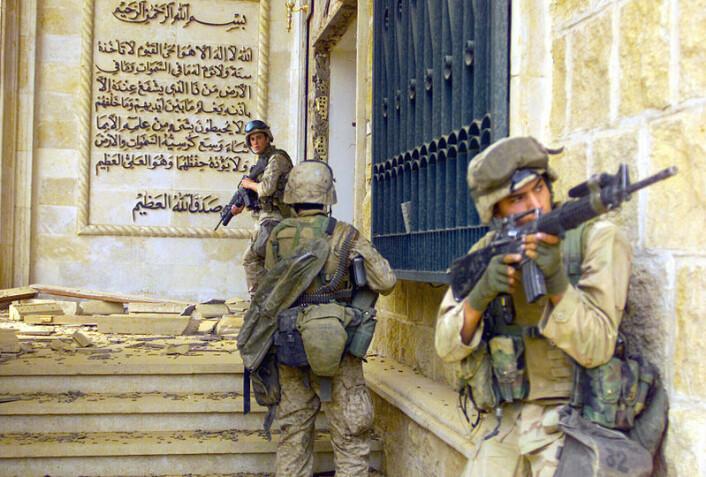 Amerikanske marinesoldater i Saddam Husseins palass i Bagdad under kampene i 2003. (Foto: Defense Visual Information Center, Wikimedia Commons)