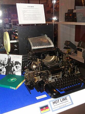 Krypteringsmaskinen ETCRRM ble produsert av Standard Telefon og Kabelfabrik i Norge. Ideen kom fra oberst Bjørn Rørholt, som videreutviklet maskinen i tett samarbeid med Kåre Meisingset. Maskiner av denne typen ble brukt i hotlinen mellom Washington og Kreml under den kalde krigen.
