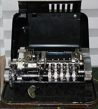 En krypteringsmaskin av typen Hagelin C-36, som ble brukt av nordmennene under 2. verdenskrig.