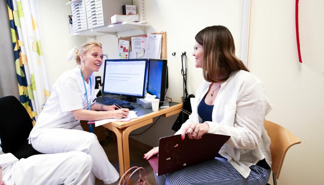 En gravid kvinne i samtale med lege. Kvinneandelen blant leger har økt kraftig det siste tiåret.