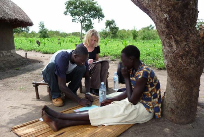 Ei jente fra Nord-Uganda som tidligere har vært kidnappet av geriljahæren LRA gjennomgår terapi. Hun snakker med den tyske forskeren Verena Ertl og Dayan Odokonyero, som er en av de lokale terapeutene som deltar i prosjektet. Bildet er manipulert for å unngå identifikasjon. (Foto: Universty of Bielefeld)