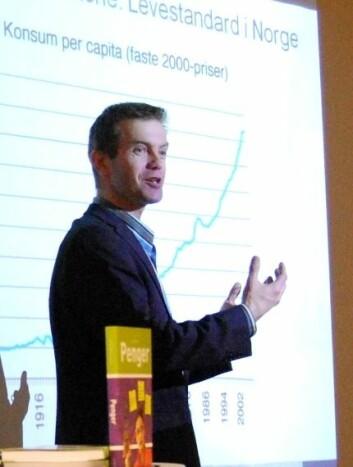 Erling Røed Larsen ved BI er på jakt etter X-faktoren i norsk økonomi. (Foto: Hanne Jakobsen)