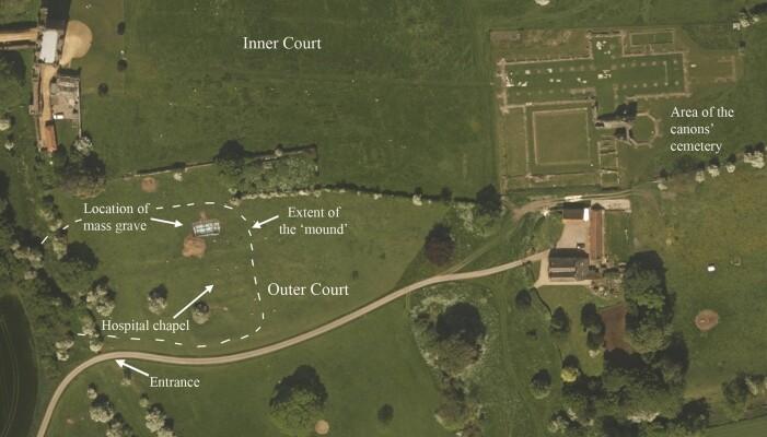 Oversiktsbilde av klosterområdet. Massegraven ligger til venstre i bildet.