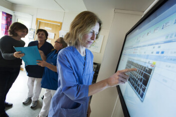 Sykepleier Camilla Baarsrud på Dønski Trygghetsavdeling, taster inn informasjon på den nye touchskjermen. (Foto: Werner Juvik, Sintef)