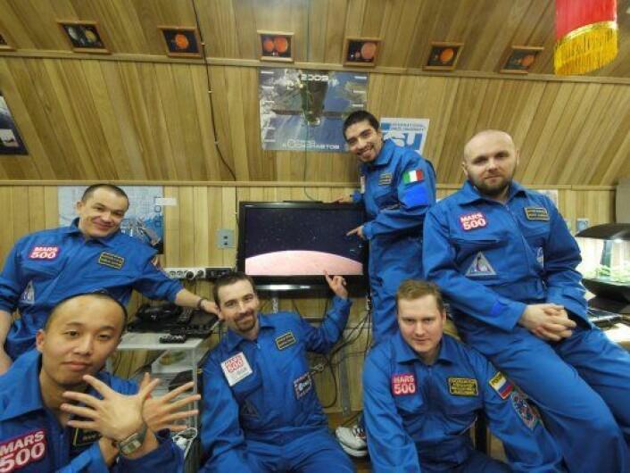 Besetningen om bord på Mars500, da de steg om bord i romfartøyet, i juni 2010. I de siste 17 månedene har de bare hatt hverandre, men stemningen underveis har for det meste vært god. (Foto: ESA)