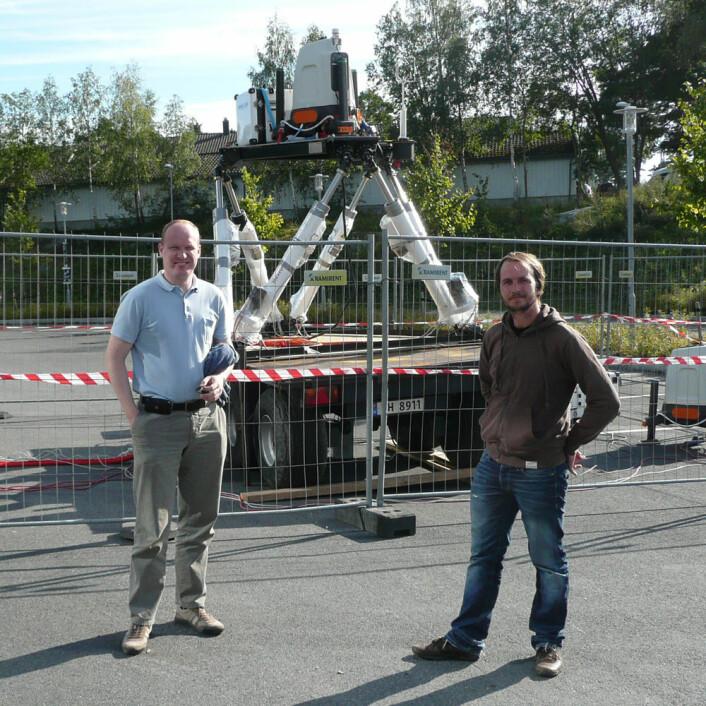 Forskerne Jon O. Hellevang (t.v) og Stian H. Stavland fra Christian Michelsen Research var sentrale i gjennomføring av testen i Grimstad sist høst. (Foto: Christian Michelsen Research