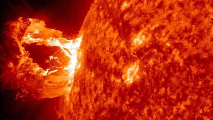 Ei boble av supervarm plasma brest på sola i eit vakkert utbrot 16. april. (Foto: NASA/SDO/AIA)