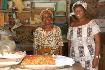 """""""Sarah Dsane (t.h) forsker på enslige og barnløse kvinners situasjon i Ghana. Denne enken er en av hennes kilder. Hun har åpnet butikk i sin avdøde manns garasje for å holde kontakt med omverdenen, og unngå isolasjon som enslig."""""""
