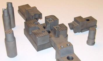 Innsats og kjerner til verktøy for sprøytestøping hos Kongsberg Automotive AS. I disse delene er en base maskinert og resten bygget additivt. (Foto: Sintef)