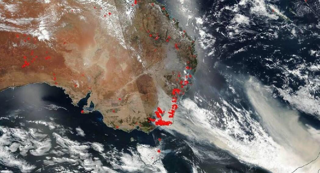 Det var skogbranner flere steder i Australia da Nasas satellitt fløy over landet 1. januar.