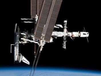Den internasjonale romstasjonen med romfergen Endeavor til venstre i bildet. Her testes medisinsk teknologi og metoder som også kommer pasienter på jorda til gode. (Foto: NASA)