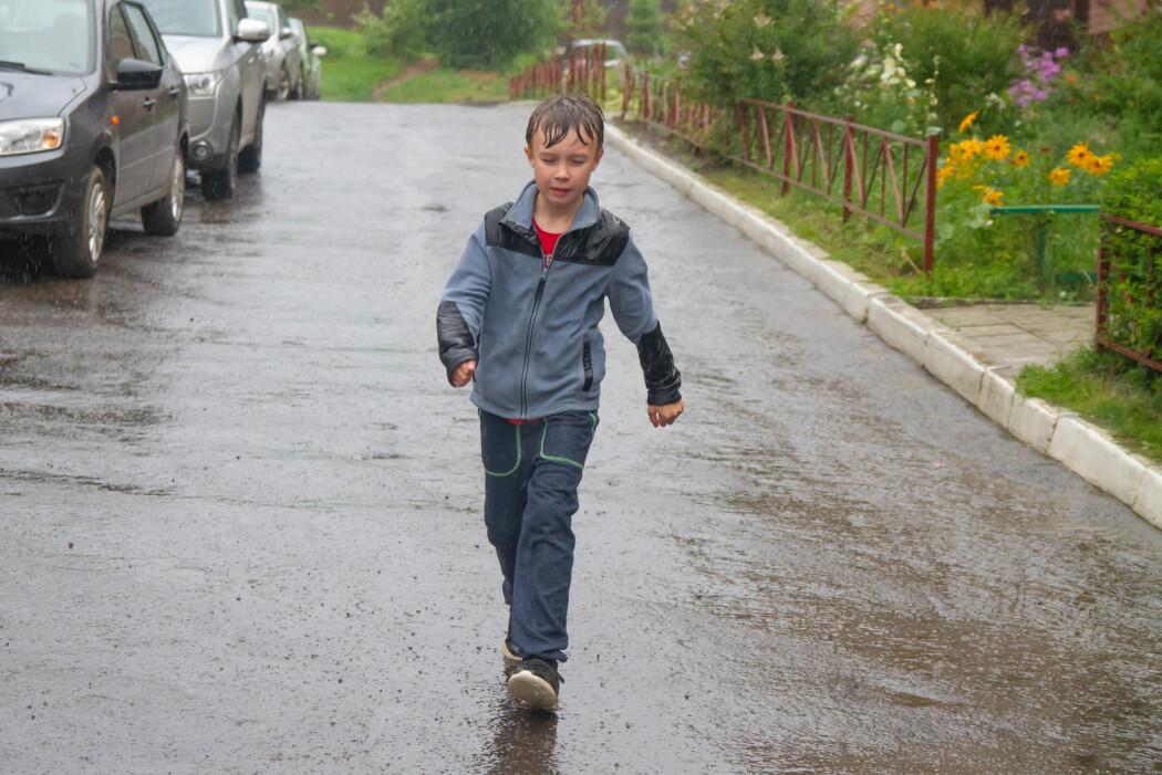 Uten paraply og regntøy blir du våt uansett, men jo fortere du løper, jo mindre våt blir du.