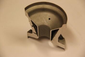 Rakettkomponent bygget som show-case for å vise muligheter. Komponenten er bygd additivt i aluminium, delt i to og har innebygde hulrom for å spare vekt. (Foto: Sintef)