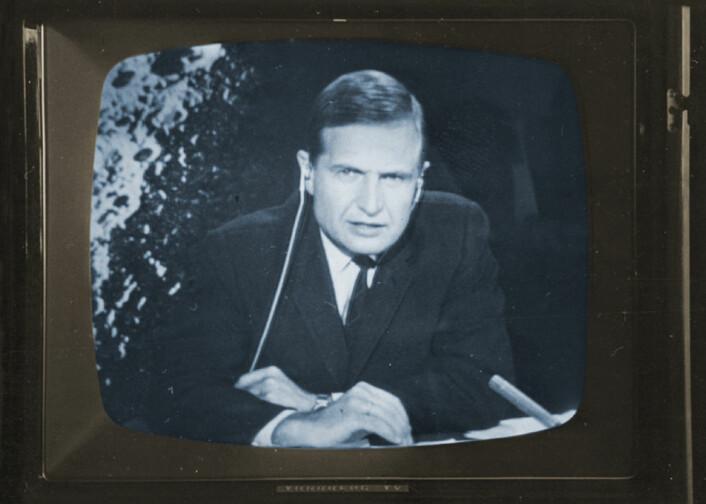 Erik Tandberg under den legendariske direktesendingen som strakk seg utover i de små timer, juli 1969. (Foto: Olaf Hassel)