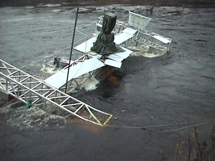 Den første prototypen av vannturbinen havarerte etter et voldsomt regnvær, med påfølgende utslipp av spillvann fra kraftverket i Numedalslågen. (Foto: Water Power Industries)