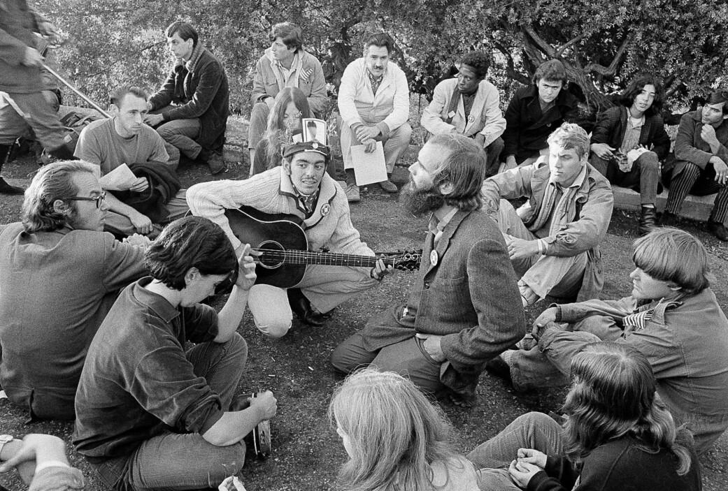 Hippier i en park i det distriktet Haight-Ashbury i San Fransisco høsten 1967.
