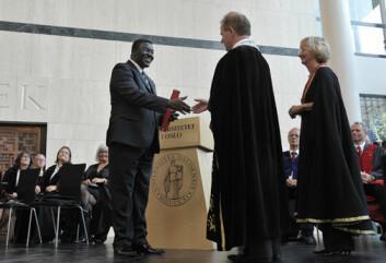 Rektor Ole Petter Ottersen ved UiO overrekker Jean-Claude Mbanya tittel som æresdoktor. (Foto: Francesco Saggio)