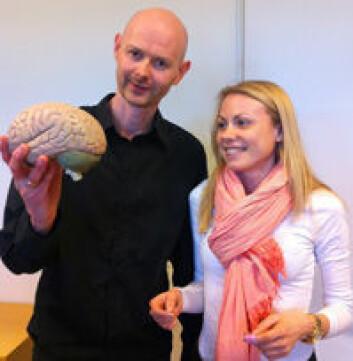 – Nervesignaler sendes fra ryggmargen til hjernen for bevisstgjøring av den smertefulle opplevelsen, forklarer Johannes Gjerstad og Line M. Jacobsen. (Foto: Elin Fugelsnes)