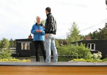 Bent Braskerud blir intervjuet av Slovakisk riks-TV om klimatilpasning i byer på et grønt garasjetak i Oslo. (Foto: Hanne Bakke/NVE)