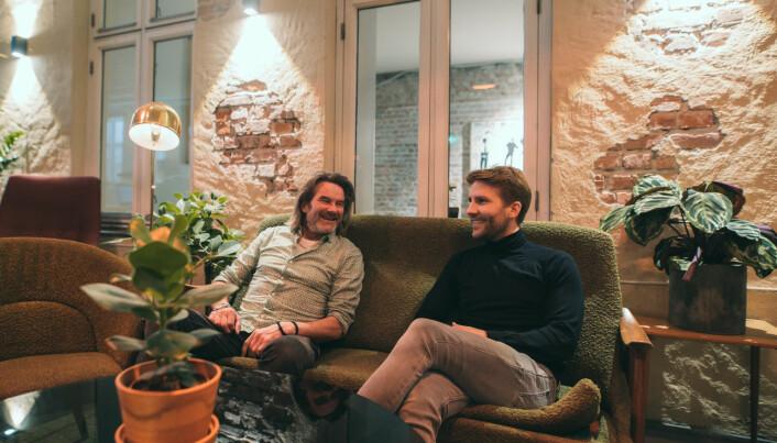 Karl Fredrik Nørstenæs, til venstre, fikk hjerneslag mens han satt på en kafè i 2015. Siden har han og sønnen Kristian jobbet med prosjektet.