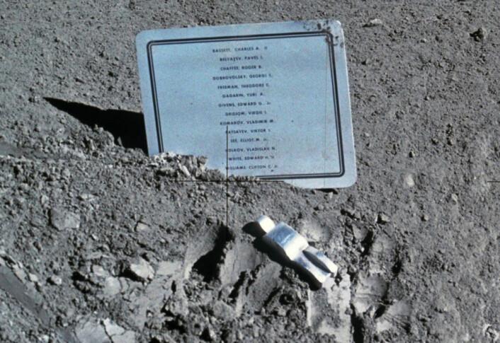 Fallen Astronaut, fotografert av Harrison Schmitt rett etter at den ble lagt ned i Hadleyrillen i Mare Imbrium 1. august 1971, under måneferden Apollo 15. (Foto: Harrison Schmitt, NASA)