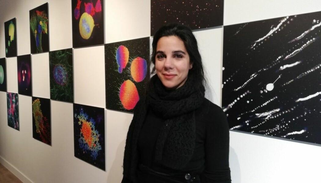 Her er Irep Gözen som viser frem fargerike bilder fra mikroskopet. (Foto: Elise Kjørstad)