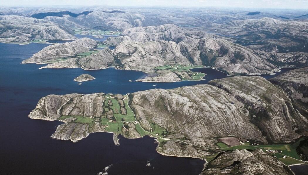 Bildet er fra kystlandskapet på Fosen hvor en ser en nokså påfallende linjer som preger landskapet. Terrenget varierer mellom rygger med skrint fjell og dalbunner som er fylt opp med løsmasser som benyttes til jordbruk. Linjene stammer fra en stor forskyvning som skjedde da Norge og Grønland kolliderte for 400-450 millioner år siden. Denne svakhetssonen har vært aktiv flere ganger senere.