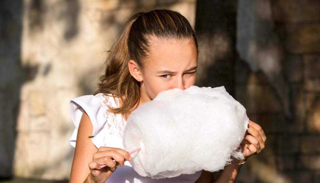 Sukkerspinn er eit såkalla amorft eller ikke-krystallinsk stoff. Det må nytast nylaga, elles krystalliserer det tilbake til sukkerkrystallar.