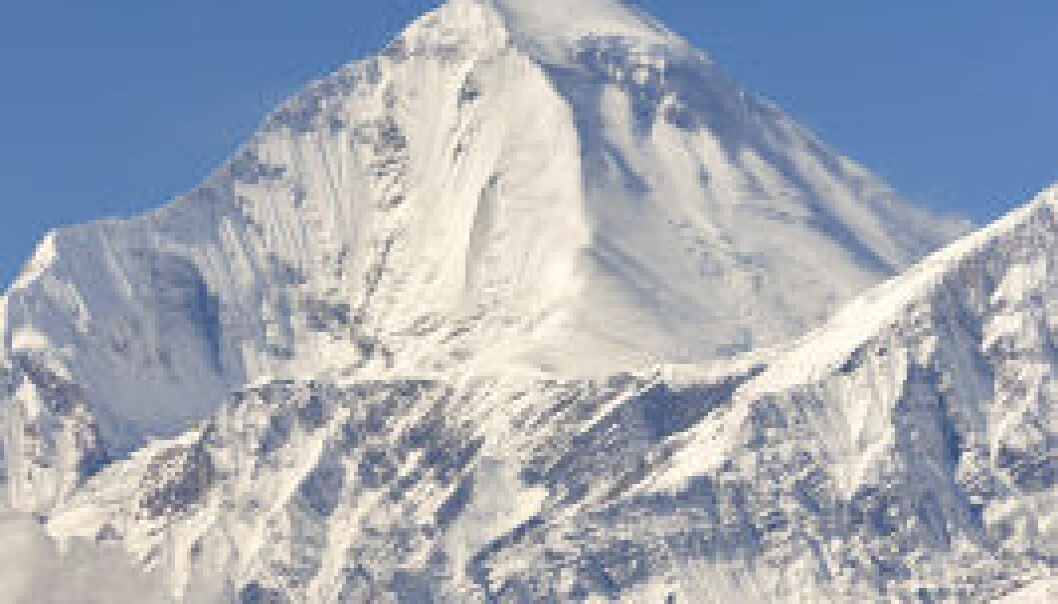 Fjellene i Hindukush-Himalaya-regionen er blant verdens høyeste. Derfor kan det ligge is og snø på dem selv om de ligger så tett på ekvator. iStockphoto