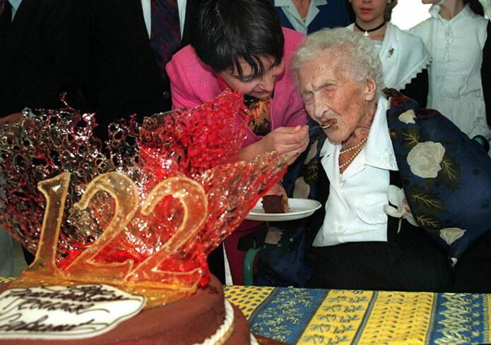 Calment sa selv at daglige doser med sjokolade, portvin og olivenolje var hemmeligheten bak hennes lange liv. Her kommer sjokoladen i kakeform, på feiringen av hennes 122-årsdag.
