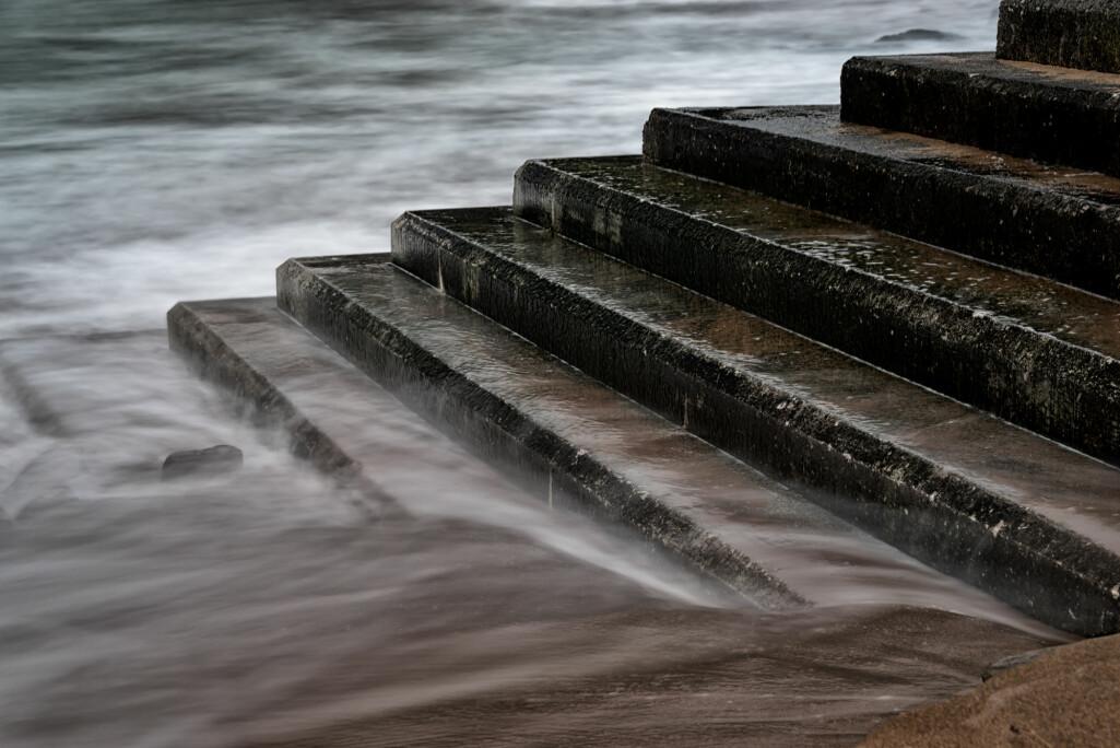 Stormflo er en situasjon der ekstra høy vannstand oppstår ved sammenfall mellom astronomisk høyvann og meteorologiske faktorer som pålandsvind og lavtrykk.