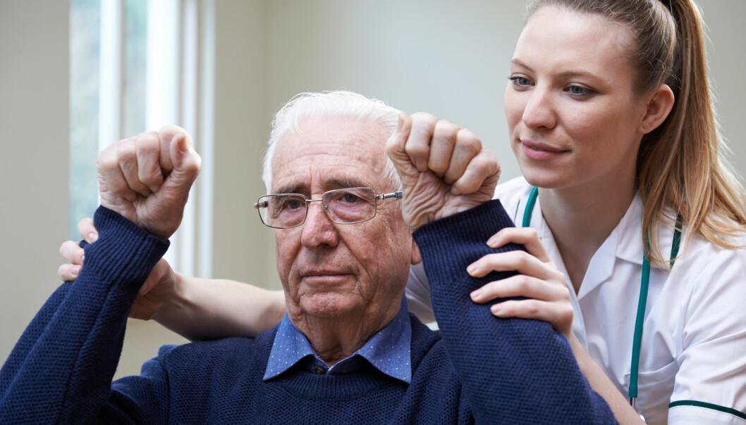 I tillegg til lammelser i ansiktet og vanskeligheter med å prate er også det å ikke greie å løfte armene et symptom på hjerneslag.