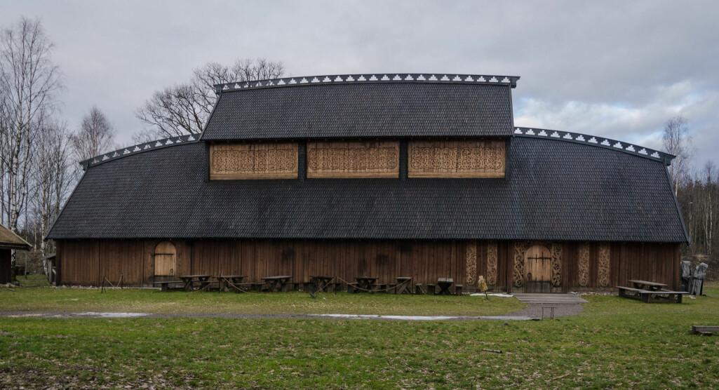 Rekonstruksjon: Dette er Gildehallen på Midgard vikingsenter i Borre som ble bygget i 2013 for å gjenskape vikingtiden. Forskere sier nå at sporene av de tre hallene som er funnet, tyder på at Borre var et særdeles viktig sted.