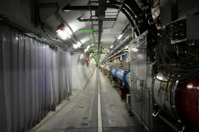 Proton Synchrotron- akseleratoren er en 'startakselerator' til den store 27 kilometerlange partikkelakseleratoren LHC, som befinner seg 100 meter under bakken og passerer gjennom Sveits og Frankrike.