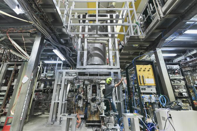 ALPHA-laboratoriet hos CERN ser kanskje rotete ut, men det krever stort teknisk talent å fange og måle antiatomer, forklarer Jeffrey Hangst.