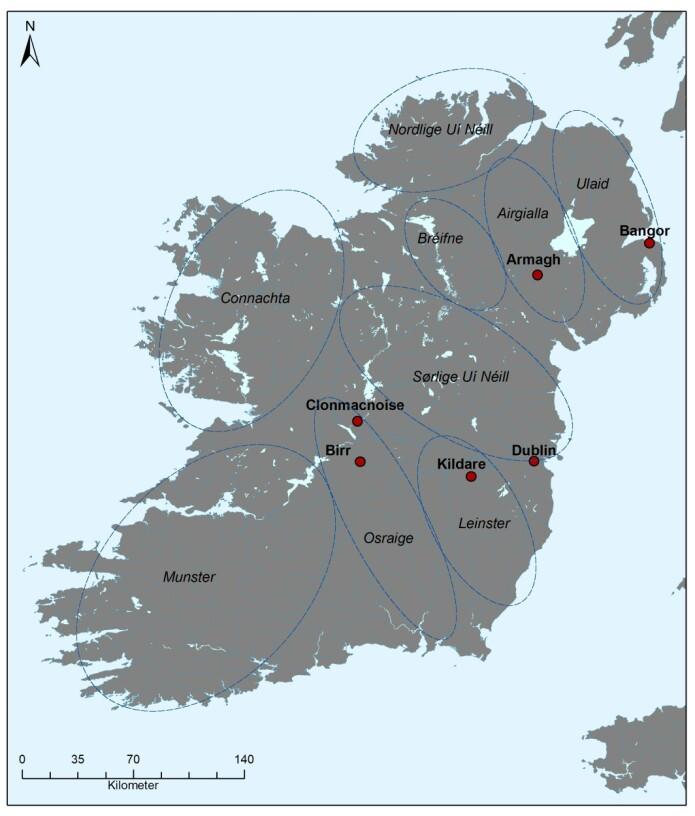 Irland med geografisk plassering av steder nevnt i teksten. Angivelse av de ulike historiske kongedømmene (ca. 500–800 e.Kr.) er i kursiv med territoriene anslagsvis markert. Etter Byrne 2001.