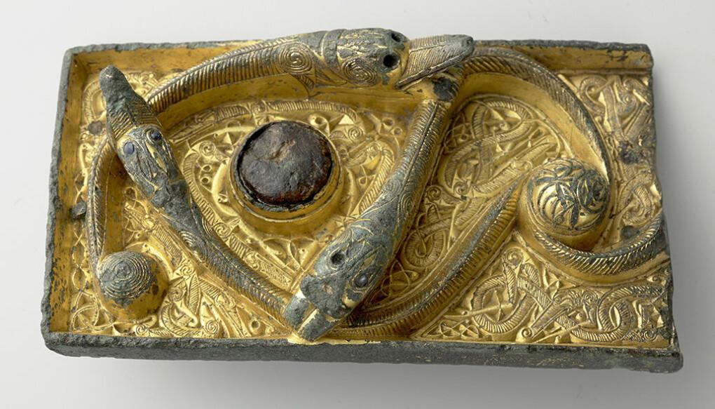 Forgylt beslag med ormedans funnet i en vikinggrav i Sunndal, Møre og Romsdal (C6185).
