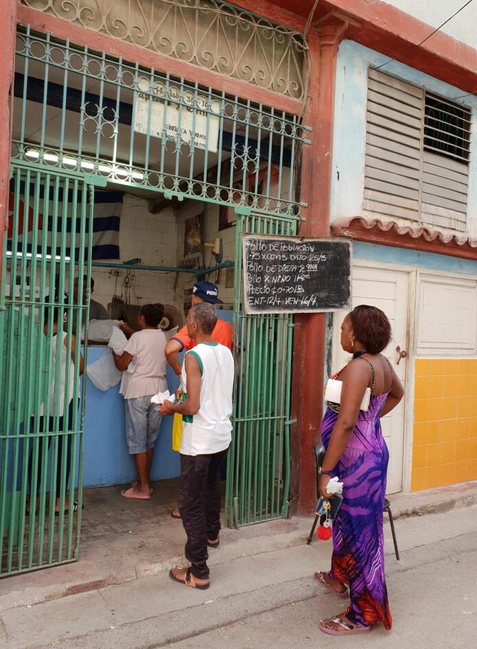 Kø for å kjøpe kylling i Havanna.