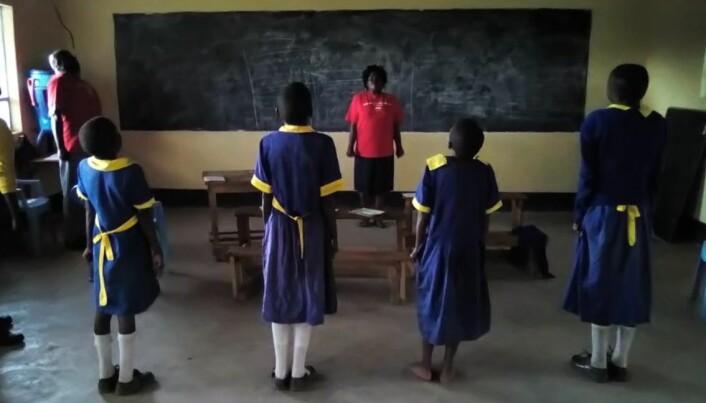 Kenyanske barn øver på stressmestring. Instruktøren er ikke helsepersonell, men har fått opplæring i terapi gjennom organisasjonen Ace Africa.