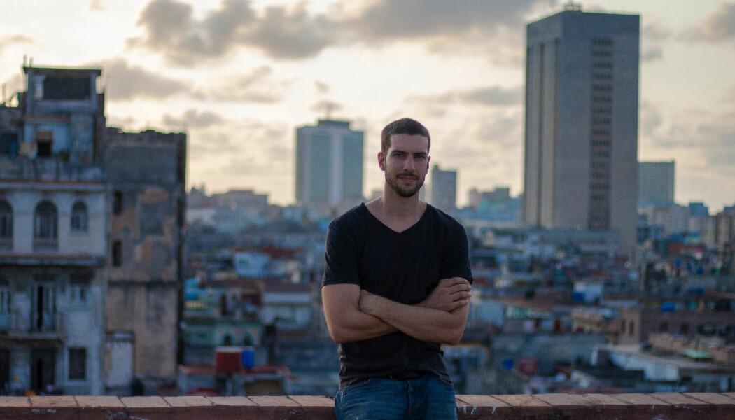 – Jeg fikk høy puls, sier sosialantropolog Ståle Wig om da han gjemte varer for politikontrollen. Som del av forskningen sin jobbet han på et marked i Havanna, der bildet også er tatt.