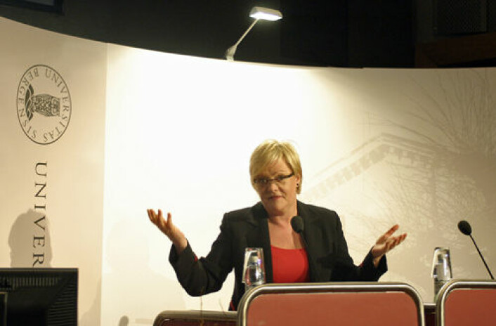 Kunnskapsminister Kristin Halvorsen mener det er for mange midlertidig ansatte på universiteter og høyskoler og vil ta de unge forskerne inn i varmen. (Foto: Andreas Graven)