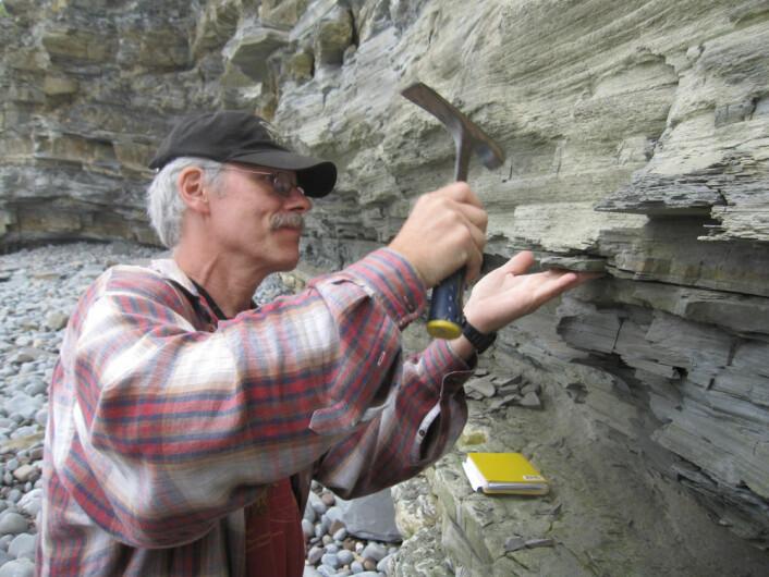Geolog Paul Olsen fra Columbia University tar prøver av stein fra tida rundt masseutryddelsen for 201 564 000 år siden. (Foto: Kevin Krajick/Earth Institute)