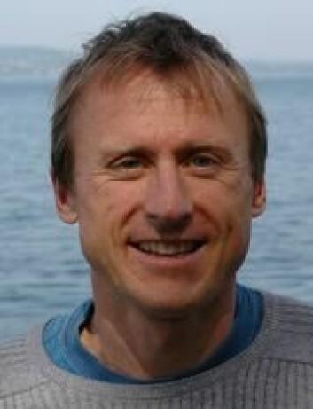 Leif Nøttestad ved Havforskningsinstituttet mener det skjer en mismach mellom lundefuglen og sildeyngelen. Årsaken er varmere hav. (Foto: Havforskningsinstituttet)
