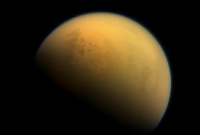 På dette bildet kan noen av innsjøene på Titan skimtes oppe til venstre. De to største heter Kraken mare og Ligeia mare.